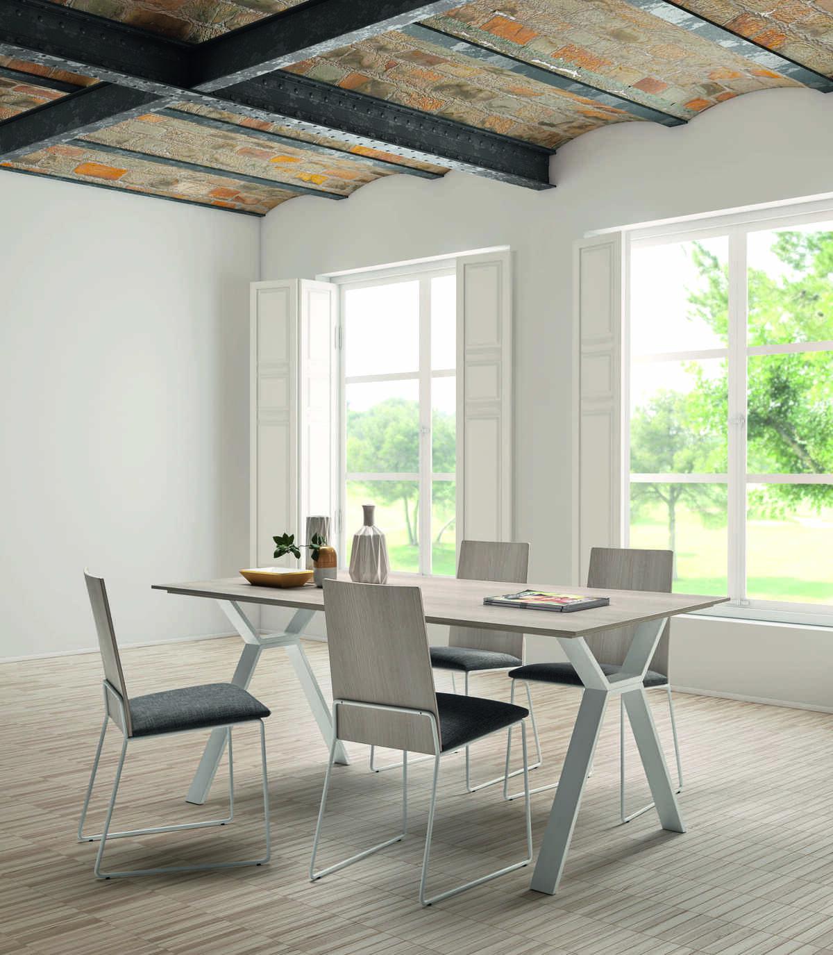 49 – Lleva a tu hogar este conjunto de sillas y mesa de tapa fina que contribuyen a crear un ambiente ligero y funcional donde disfrutar de distendidos momentos. mesa desde 120 a 200 x 76 x 90 cm. silla 48 x 89 x 51 cm.