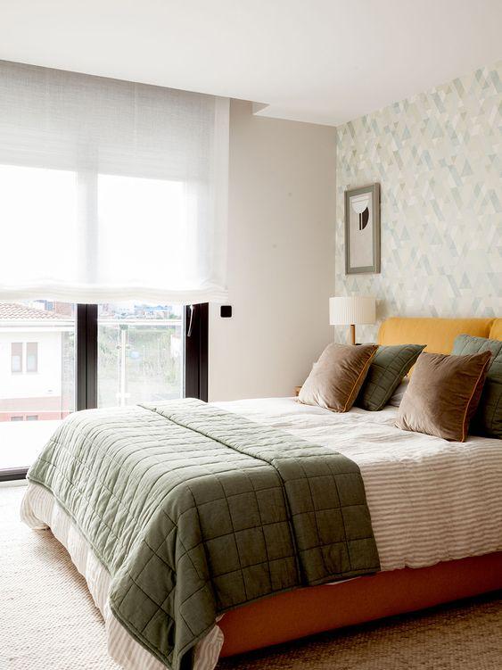Las cortinas de tonos neutros amplían visualmente el espacio